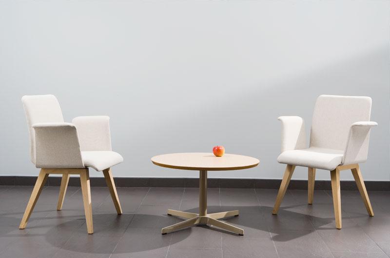 WING TABLE ofrece una colección de mesas versátiles con un diseño neutro y funcional que permite múltiples usos: en la oficina moderna y actual donde los lugares de reunión y trabajo en equipo son la tendencia, restauración, formación, hogar, contract...