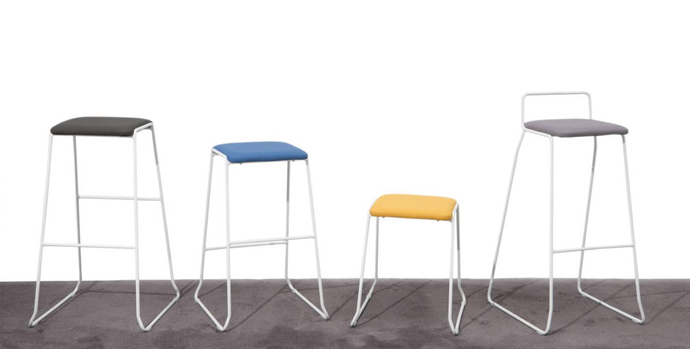 Colección de sillas y taburetes tapizados para instalación y contract, Diseñada por Ximo Roca, Hug ofrece una amplia colección de TABURETES con asiento tapizado y estructuras metálicas pintadas disponible en tres alturas de asiento, y perfectamente APILABLES.