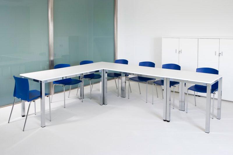 El programa KUA presenta una colección de mesas multifunción, adaptables a cualquier espacio, bien sean aulas de formación, salas de juntas, comedor o espacios de trabajo.