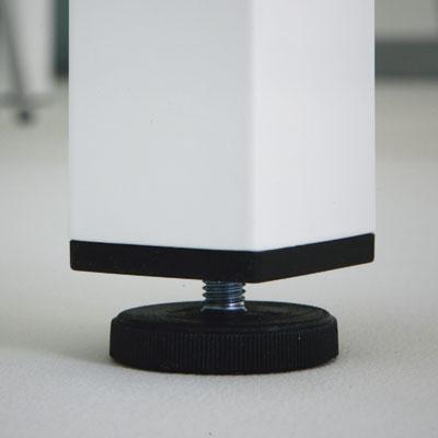 Una de las patas dispone de nivelador para obtener una perfecta estabilidad de la mesa.