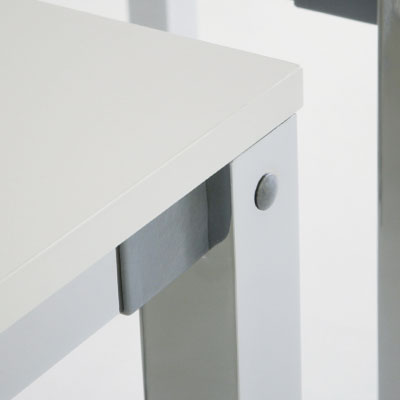 Fabricadas con estructuras desmontables de 4 patas cuadradas de tubo de acero de 50x50 y pintadas en resina epoxi