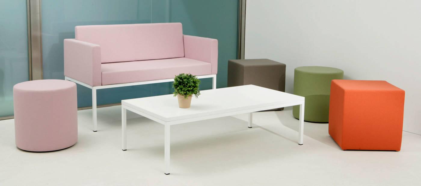La colección CUBIK está formada por butacas y mesas versátiles. Su diseño de formas neutras y geométricas permite combinar butacas y mesas para lograr configuraciones que se adapten a las necesidades de cada espacio.